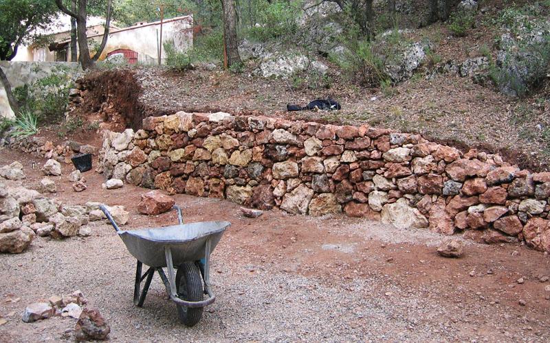 Création d'un mur en pierre dans un jardin