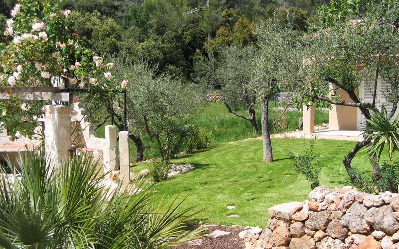 Pergola et mur en pierre dans une villa